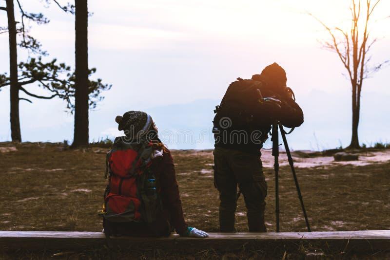 De vrouwen en de mannen van de fotograafminnaar de reis van Aziaten ontspant in de vakantie De landschappenatmosfeer van de fotob stock fotografie