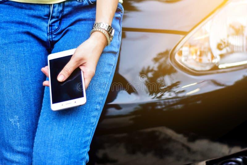 De vrouwen gebruiken mobiele telefoons royalty-vrije stock foto's