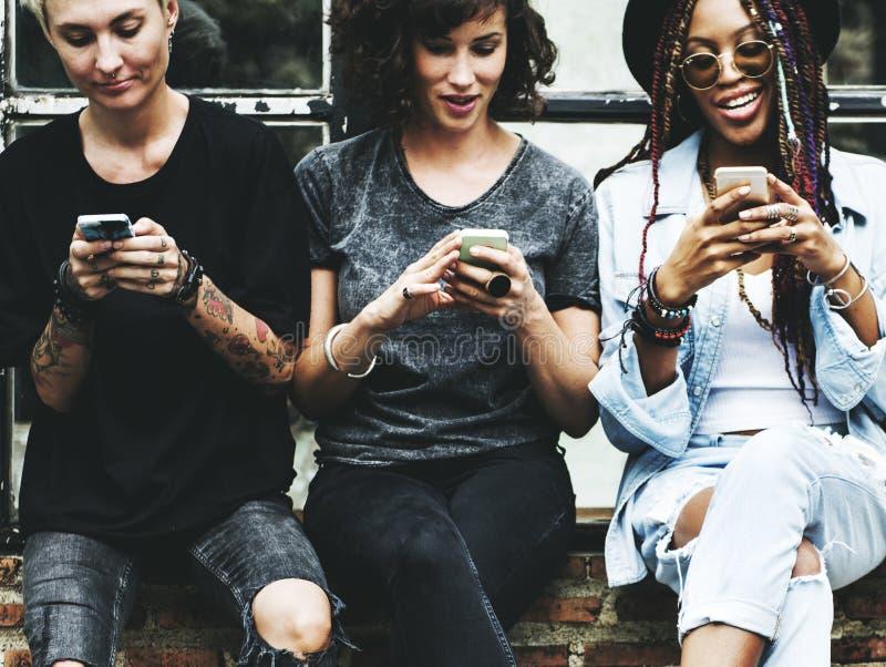 De vrouwen gebruiken samen Mobiele Telefoon royalty-vrije stock foto's