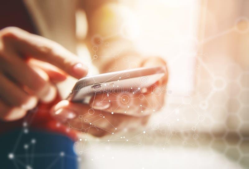 De vrouwen gebruikt telefoon royalty-vrije stock foto