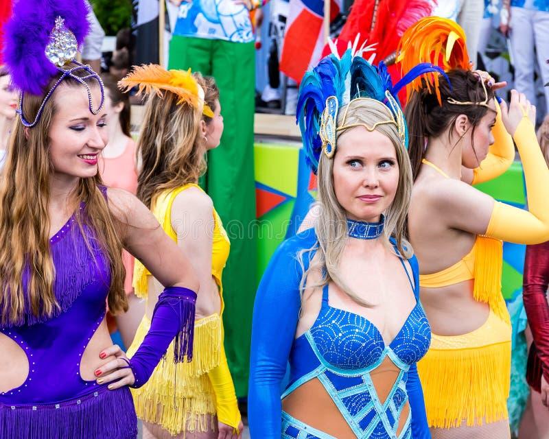 De vrouwen gekleed in mooie Carnaval-kostuums treffen voor de show voorbereidingen stock afbeelding