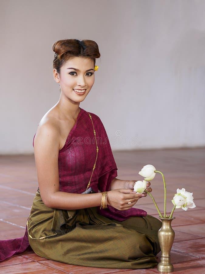 De vrouwen gekleed in traditioneel oud Thailand vouwen lotusbloembloemen royalty-vrije stock afbeelding