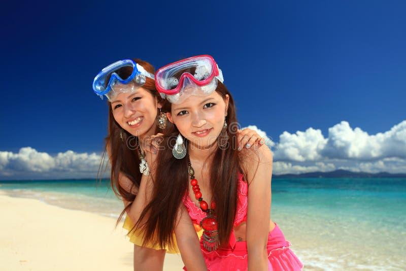 De vrouwen genieten van de zon. royalty-vrije stock afbeelding