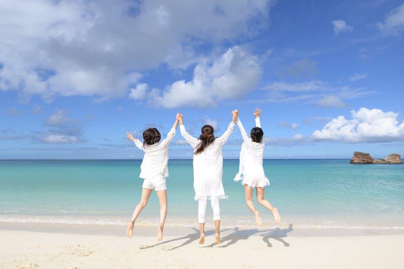 De vrouwen genieten van de zon royalty-vrije stock foto's