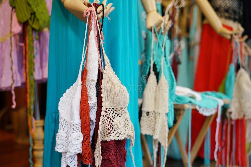 De vrouwen haken swimwear bikinireeks of het Gehaakte bewerkte badpak van het hippiezwempak voor verkoop bij kledingsopslag in Ch stock fotografie