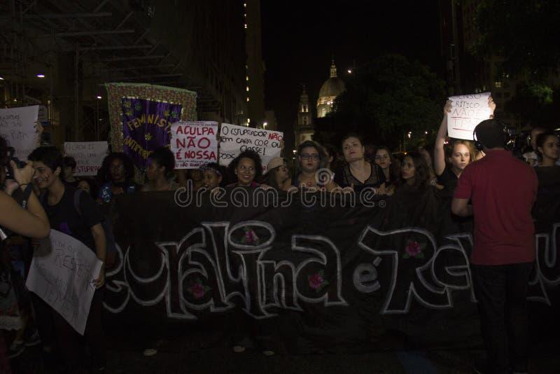 De vrouwen handelen tegen troepverkrachting in Rio royalty-vrije stock afbeeldingen