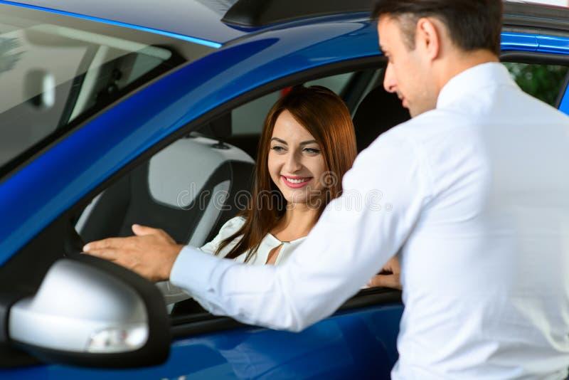 De vrouwen is het luisteren informatie over auto stock afbeelding