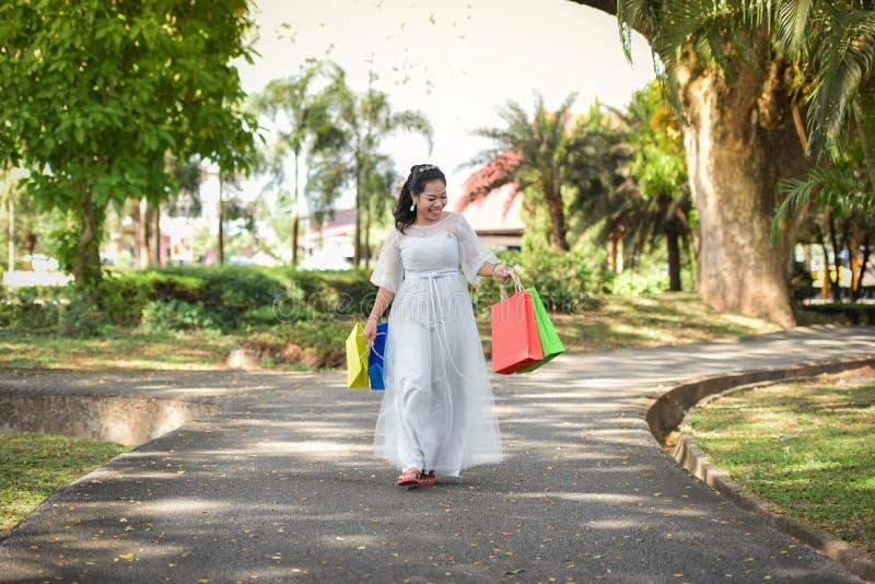 De vrouwen houden Gelukkig van winkelen genieten van winkelend stock afbeeldingen