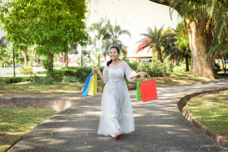 De vrouwen houden Gelukkig van winkelen genieten van winkelend royalty-vrije stock afbeelding