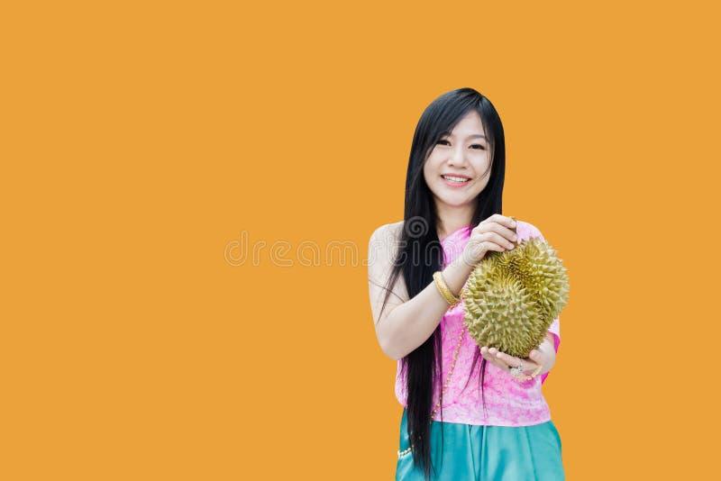 de vrouwen houden grote durian, glimlachende Thaise vrouwen in origineel klassiek Thais kledingsheden durian op lege achtergrond  royalty-vrije stock afbeelding