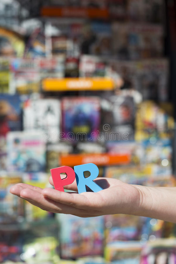 De vrouwen houden houten brieven PR royalty-vrije stock foto