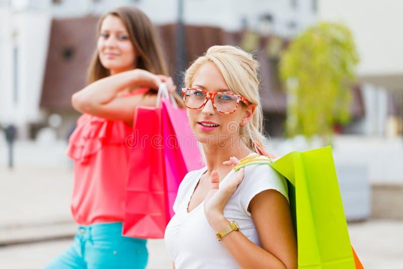 De vrouwen houden van winkelend stock afbeeldingen