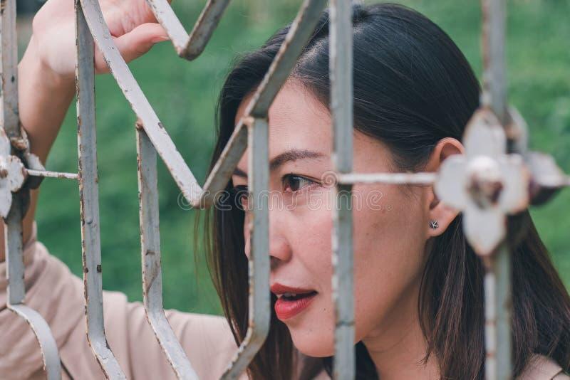 De vrouwen kijken uit en het bevindende netwerk van het holdingsstaal stock afbeelding