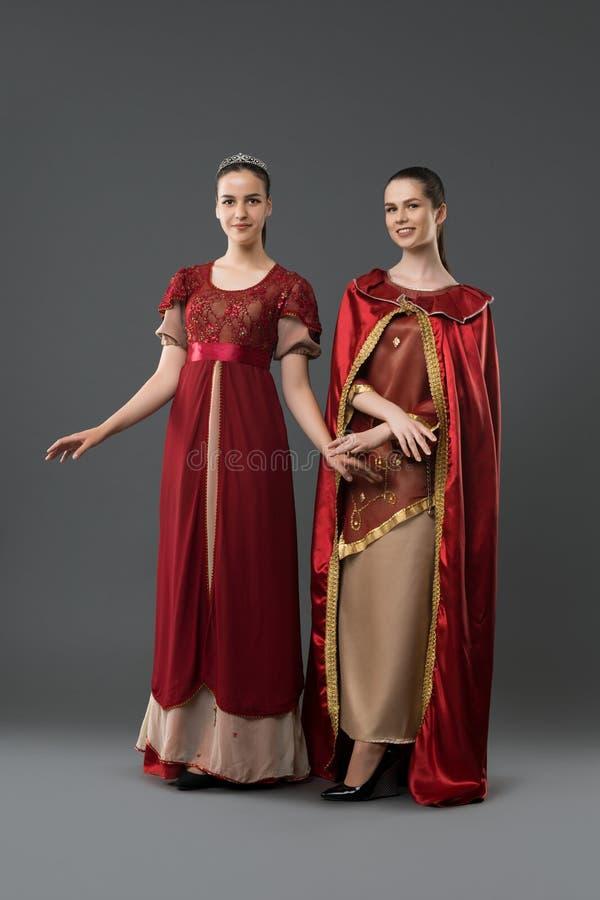 De vrouwen kleedden zich exquisitely in schitterende kostuums stock afbeeldingen