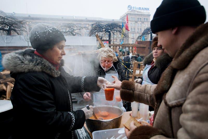 De vrouwen koken traditionele borsjt openlucht royalty-vrije stock foto