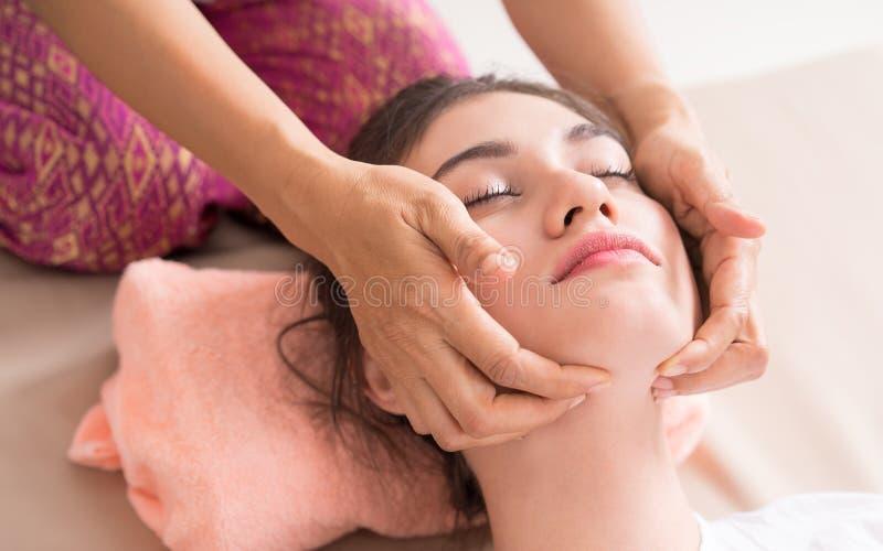 De vrouwen krijgt gezicht en hoofdmassage in Thaise Massage royalty-vrije stock afbeeldingen