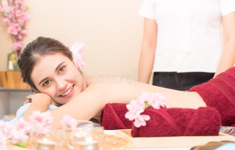 De vrouwen ligt wachtend gemasseerd Thais te zijn royalty-vrije stock foto
