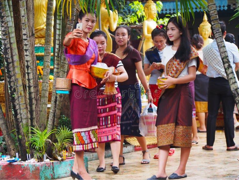 De vrouwen nemen foto in Boeddhistische tempel, Laos stock fotografie