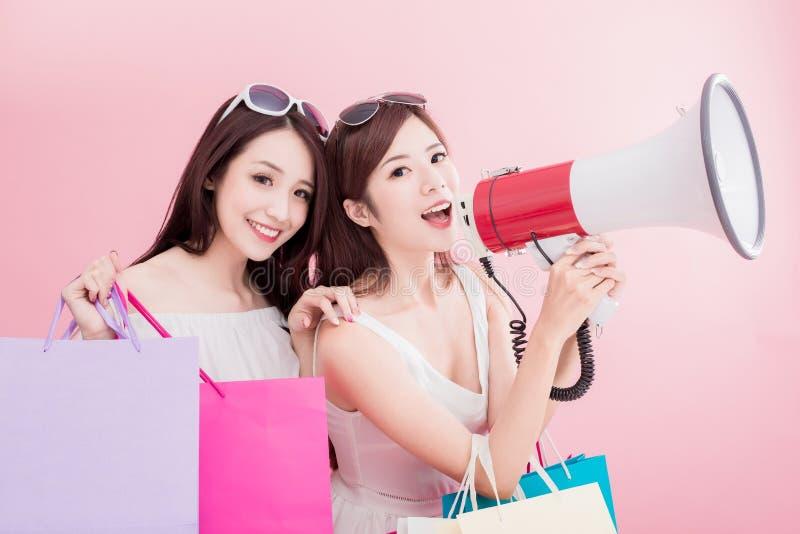 De vrouwen nemen microfoon en bedelt stock foto's