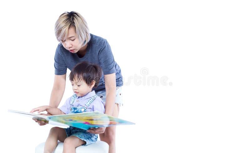 De vrouwen onderwijzen student gelezen een boek stock foto