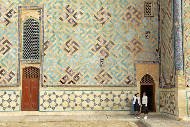 De vrouwen onderzoeken mausoleum van Khoja Ahmed Yasavi in Turkistan, Kazachstan royalty-vrije stock foto's