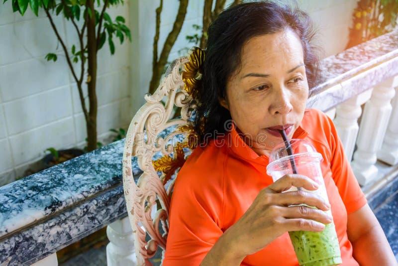 De vrouwen op middelbare leeftijd zitten ongehaast royalty-vrije stock foto