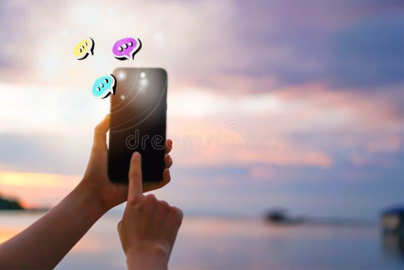 De vrouwen overhandigen het gebruiken van smartphone het typen gesprek in de pictogrammen pop omhooggaand van de praatjedoos Soci stock afbeeldingen