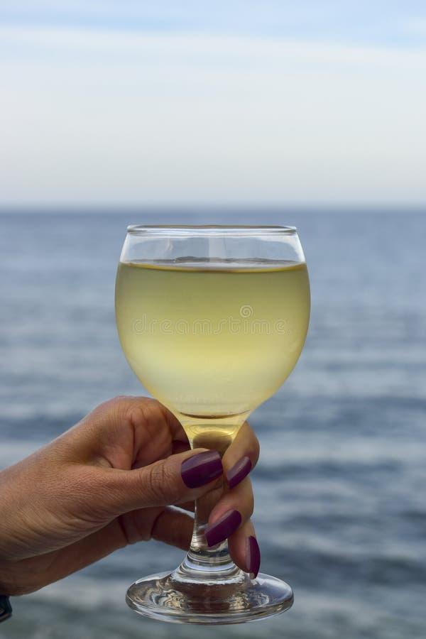 De vrouwen overhandigen het houden van een glas wijn royalty-vrije stock foto's