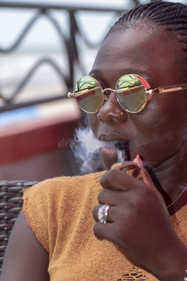 De vrouwen rokende pit van Ghana stock afbeeldingen