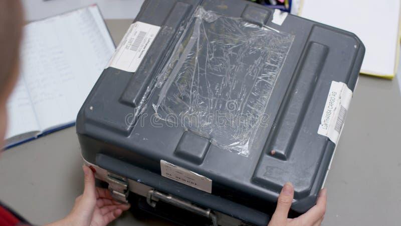 De vrouwen` s handen worden overwogen van het geval Bedrijfsvrouw die een aluminiumaktentas houden en voor belangrijk voorbereidi royalty-vrije stock afbeeldingen