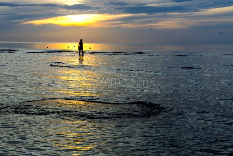 De vrouwen silhouetteren zonsopgang stock afbeeldingen