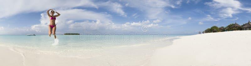 De vrouwen springen in lagune van pano van de Maldiven van het Eiland Ihuru stock fotografie