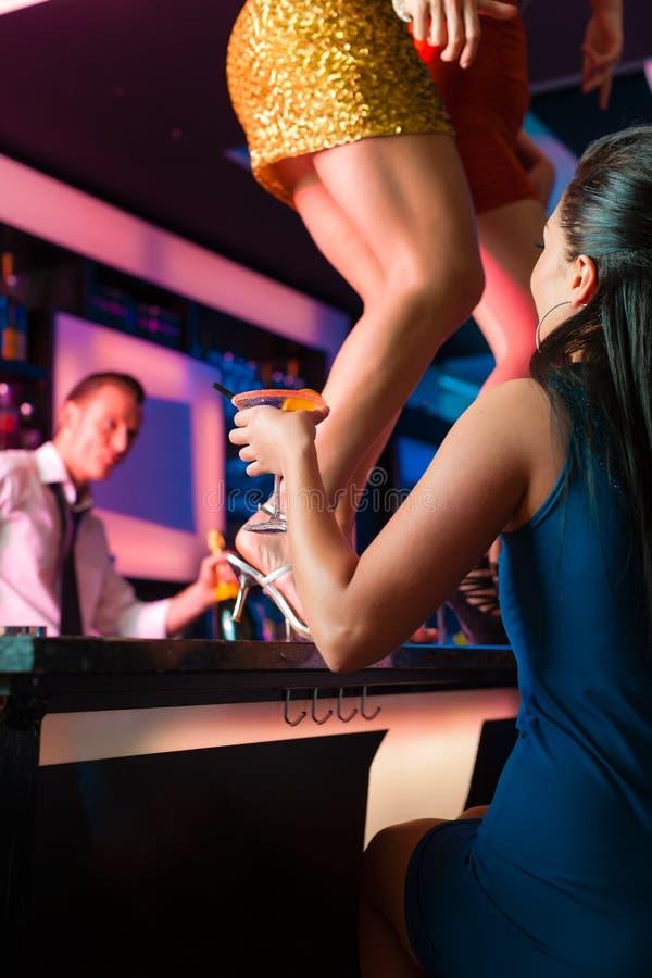 De vrouwen in staaf of club dansen op de lijst royalty-vrije stock afbeelding