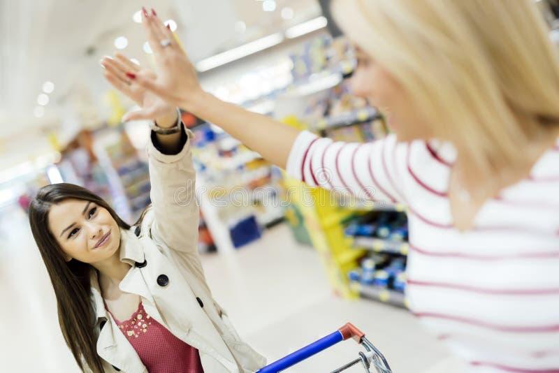 De vrouwen stelden na het winkelen tevreden stock afbeelding
