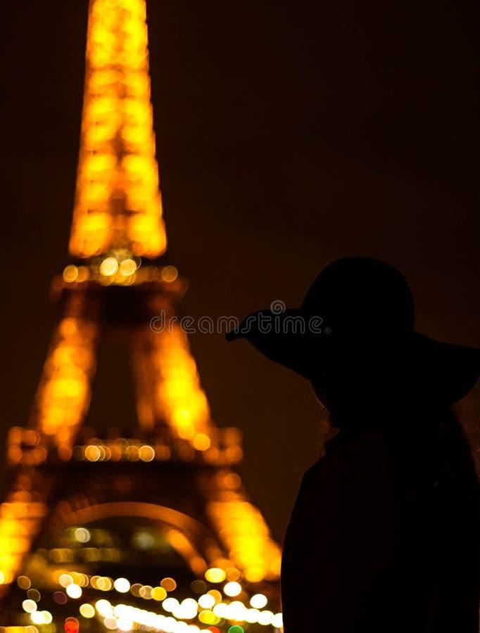 De vrouwen stellen dichtbij de Toren van Eiffel in de schaduw royalty-vrije stock fotografie