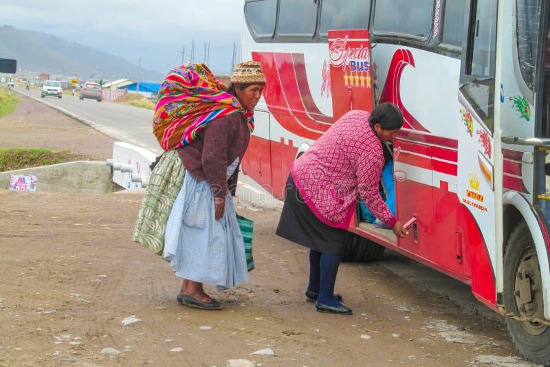 De vrouwen van Bolivië in de bus royalty-vrije stock afbeeldingen