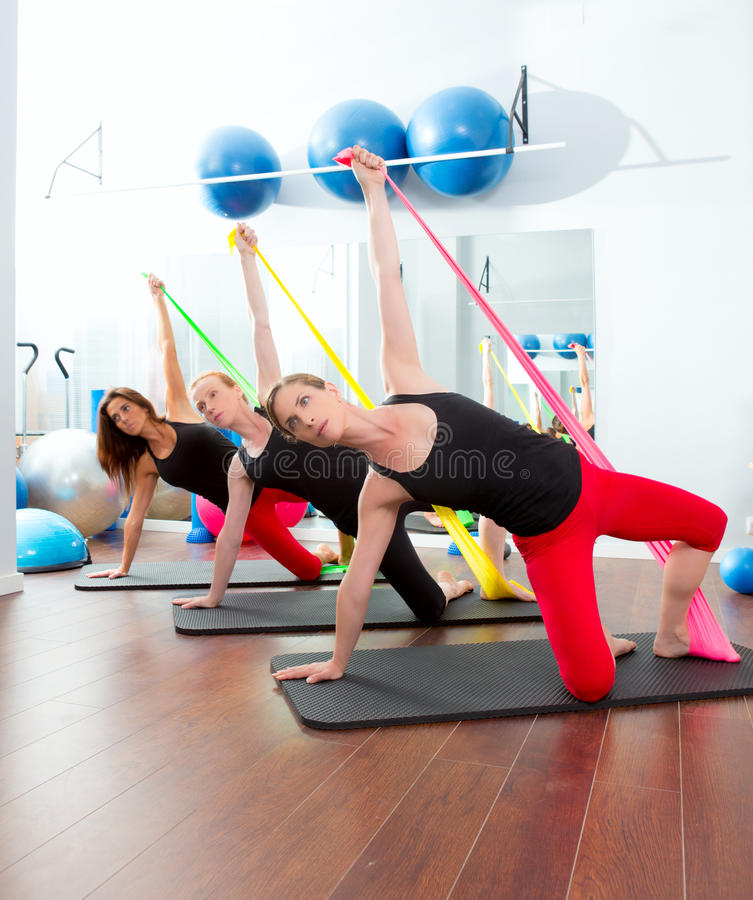 De vrouwen van de aerobics pilates met elastiekjes in een rij royalty-vrije stock afbeelding