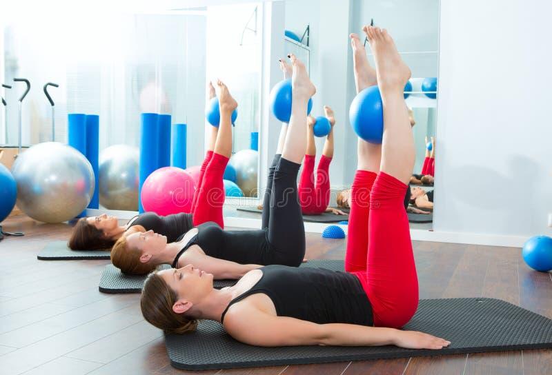 De vrouwen van de aerobics pilates met yogaballen