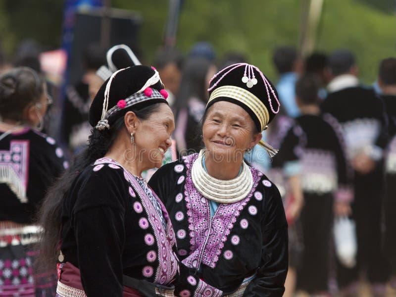 De vrouwen van de Stam van de Heuvel van Hmong in traditionele kostuums royalty-vrije stock afbeeldingen