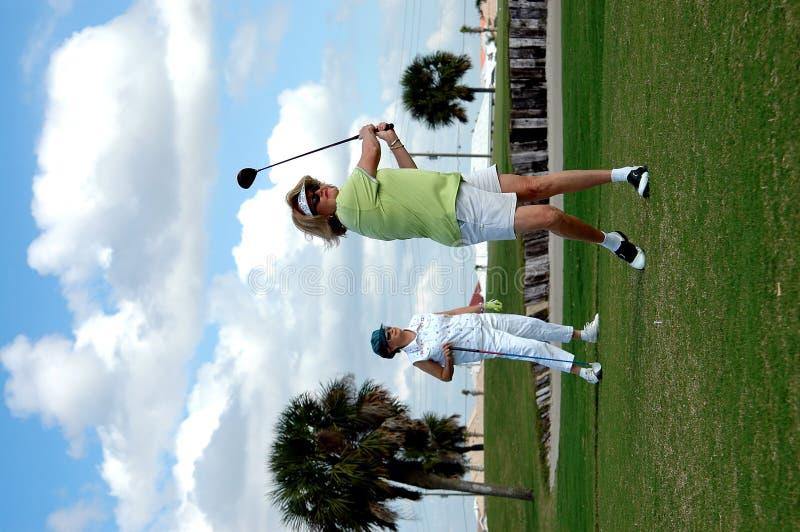 De vrouwen van Golfing stock fotografie