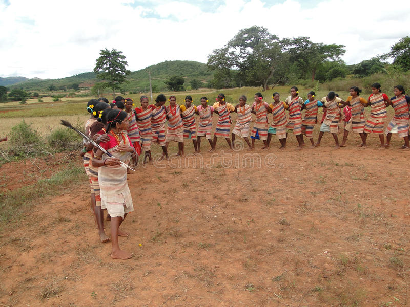 De vrouwen van het dorp vormen een cirkel royalty-vrije stock fotografie