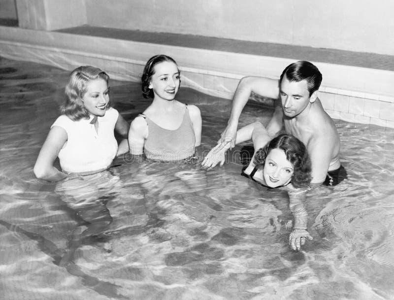 De vrouwen van het instructeursonderwijs hoe te zwemmen (Alle afgeschilderde personen leven niet langer en geen landgoed bestaat  royalty-vrije stock foto's