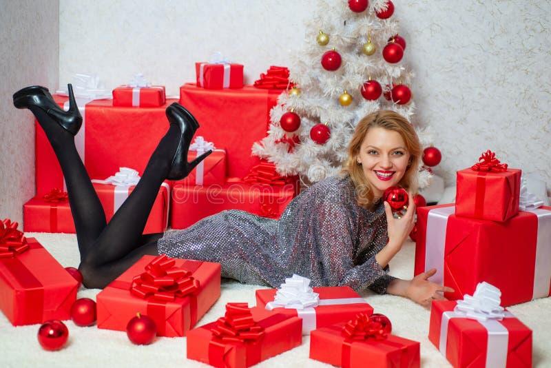 De vrouwen van de kerstman met zakken Portret van een jonge glimlachende vrouw Het concept van de verrassing Vriendschappelijk en royalty-vrije stock fotografie