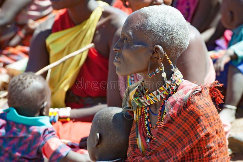 De vrouwen van de Maasaistam met reusachtige oren en traditionele beadwork, Tanzania stock afbeelding