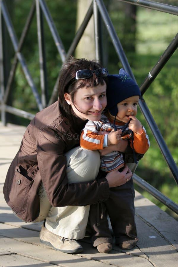 De vrouwen van Squating met baby royalty-vrije stock fotografie