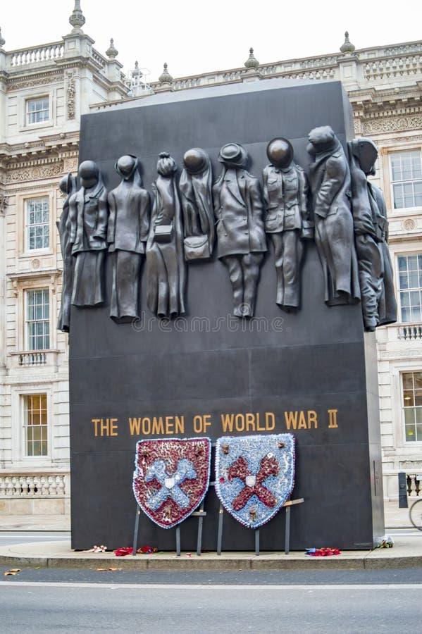 De vrouwen van Wereldoorlog II herdenkingslonden bij het verslaan van straat stock fotografie