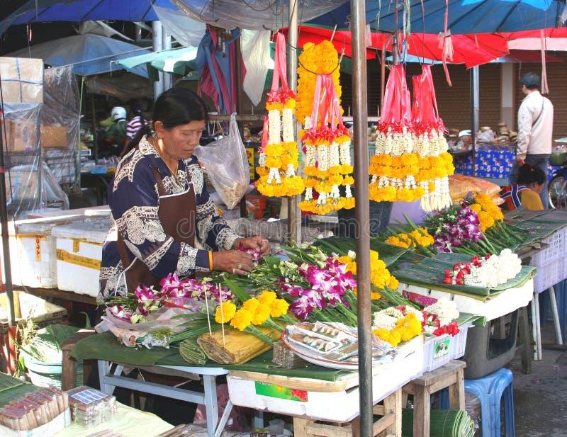 De vrouwen verkoopt tempelbloemen bij de markt royalty-vrije stock afbeelding