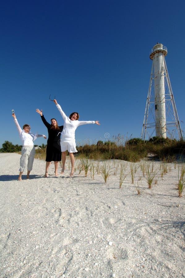 De vrouwen vieren strandvakantie stock fotografie