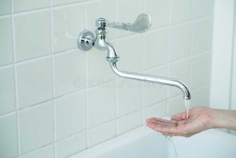 De vrouwen wassen haar hand stock foto