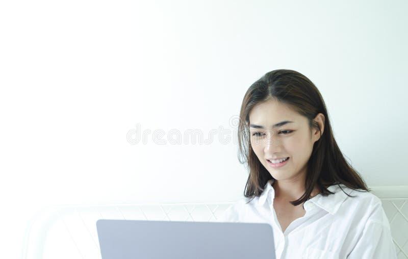 De vrouwen werken en gelukkig royalty-vrije stock afbeeldingen